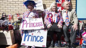 Rojalister utanför sjukhuset i London där hertiginnan av Cambridge ska föda sitt andra barn.