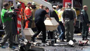 Begravningsentreprenörer har hämtat kistor till olycksplatsen.