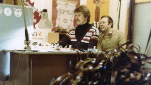 """Ritzi Salo (Risto Salo) ja Peter von Bagh filmileikkaamossa tekemässä ohjelmaa """"Vuosi 1952""""."""