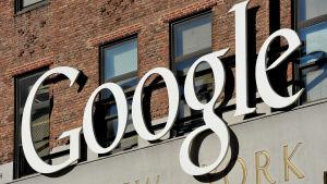 Stor skylt med texten Google utanför företagets kontor i New York.