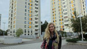 Johanna Syrén på gatan vid sitt hus