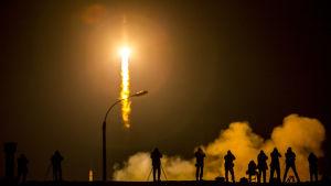 En rysk Sojuzraket skjuts upp från kosmodromen i Bajkonur med en ny besättning för rymdstationen ISS.
