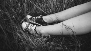 Sneakers i gräset