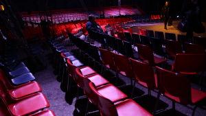 ett tomt cirkustält före filmföreställningen.