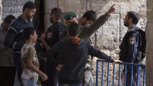 Säkerhetsvakt vid Tempelberget i Jerusalem.