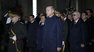 Turkiets president Recep Tayyip Erdogan sa på lördagen attt regeringen kommer återinföra dödsstraffet. I bakgrunden premiärminister Binali Yildirim