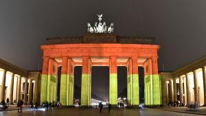 Brandenburger Tor upplyst i den tyska flaggans färger hedrar minnet av offren för attacken.