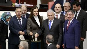 Premiärminister Binali Yildirim ( i mitten) röstade i praktiken för att göra sig själv arbetslös eftersom lagen innebär att presidenten utser och leder regeringen