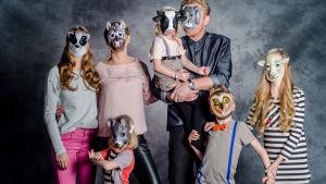 familjen Sundblom-Lindberg med djurmasker framför ansiktet