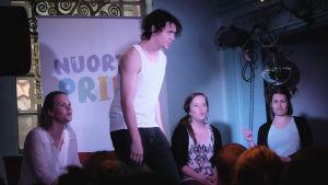 Teatergruppen Frida Ensemble spelar pjäsen Gayplay under Helsingfors Pridefestival