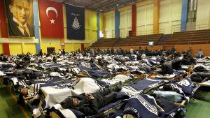 Hemlösa får tillfälligt husrum i en sporthall på grund av häftigt snöfall i Turkiet i februari 2018.
