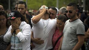 Hundratals människor samlades för att sörja och hedra offren i massakern vid en minnesstund i Orlando den 13 juni 2016.