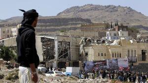 Demonstration utanför den begravningslokal i Jemens huvudstad Sanaa som bombades av den saudiledda koalitionen 15.10.2016. Minst 140 människor dödades.