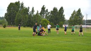 rugbyspelare på gräsplan