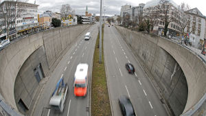 En bild på bilar som kör på en väg i Stuttgart, Tyskland.