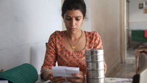 Ila (Nimrat Kaur) brevväxlar via en lunchlåda.
