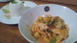 Voita & Sokeria -sarjassa Uniikin massaman curry.