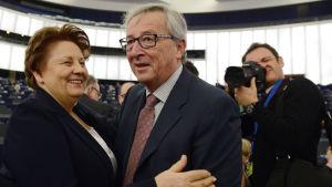 Lettlands premiärminister Laimdota Straujuma och EU-kommissionens ordförande Jean-Claude Juncker i Europaparlamentet i Strasbourg 14.1.2015.