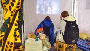 De som besöker flyktingtältet får också se ett filmklipp från ett flyktingläger.