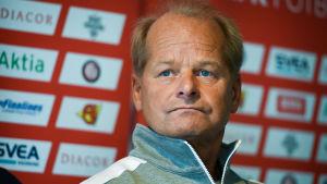 Antti Muurinen under en presskonferens inför ett Helsingforsderby.
