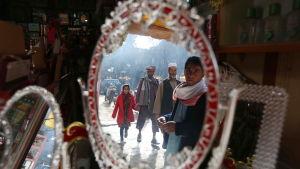 Afghaner i Herat reflekteras i speglar 7.12.2016
