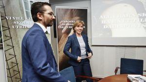 SFP:s ordförande Anna-Maja Henriksson (t.h.) och partisekreterare Fredrik Guseff
