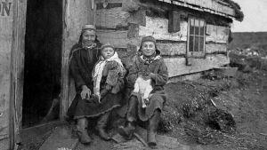 Vuonna 1898 muuttanut saamelaisperhe Tellerissä Alaskassa