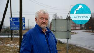 David Nordgren står intill korsningen med Kvevlaxvägen, Veikarsvägen och Riksväg 8