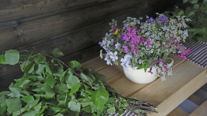 Blommor och björklöv.