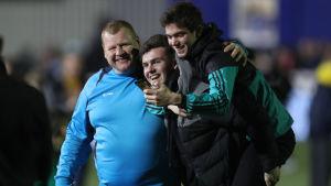 Stor kväll för Wayne Shaw, som firade med Sutton United-fansen.