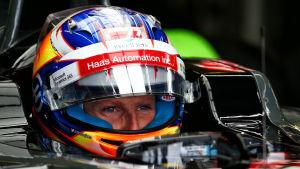Romain Grosjean med hjälm på huvudet.