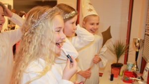 Tytöt valmistautuvat Lucia-kulkueeseen