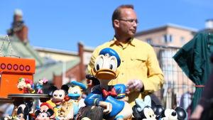 Loppmarknadsförsäljare säljer Disneyfigurer.