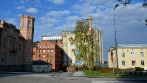 Silorna som står intill Academill i Vasa sett från korsningen av Museigatan och Skolhusgatan.