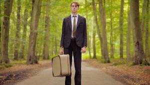 George MacKay minisarjassa Kotiinpaluu (The Outcast)