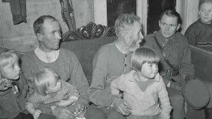 Luutnantti Olavi Alakulppi kuuuntelemassa 80-vuotiaan metsänvartija Pekka Ikäheimosen elämänvaiheita ja -kokemuksia Savukoskella 29.9.1943.