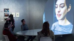 kuva Scifi Näyttelystä, screenillä Anne Hathaway