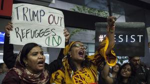 Demonstration på flygplatsen i San Francisco mot Donald Trumps inreseförbud mot sex muslimska länder.