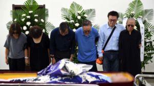 Liu Xiaobos änka Liu Xia (längst till höger) och några andra släktingar vid Liu Xiaobos kista strax före kremeringen.