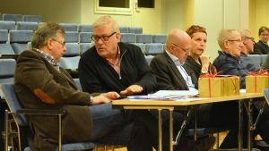 Fr. vänster Kari Urpilainen (SDP), Roy Sabel (SDP), Stefan Anderson (SFP), Marlén Timonen (SFP) och Aimo Maijala (C).