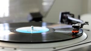 Vinylskiva på skivtallriken.
