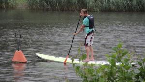 Patrik Palmgren paddlar för första gången på ett SUP-bräde.