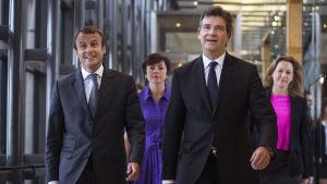 Frankrikes ekonomiminister Arnaud Montebourg (t.h) och hans efterträdare Emmanuel Macron.