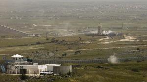 Eldgivning vid gränsen mellan Israel och Syrien. FN:s observatörspost i förgrunden på den israeliska sidan.
