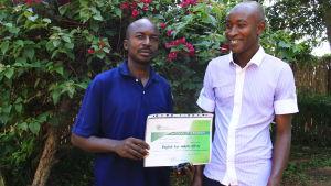 Två kongolesiska flyktingar som lärt sig engelska på flyktinghjälpens kurs.