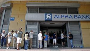Kö utanför bank i Aten.