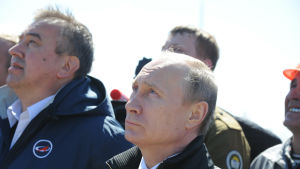 President Vladimir Putin följer med uppskjutningen av en raket från den nya rymdbasen Vostotjnyj 28.4.2016