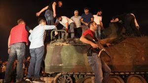 Demonstranter ockuperar en stridsvagn i Istanbul.