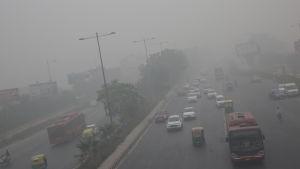 Trafik i smog i New Delhi.
