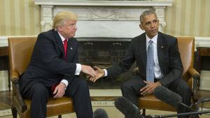 Donald Trump och Barack Obama skakar hand i Vita huset.